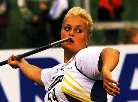 Taina Ojaniemi (o.s. Uppa) heittämässä keihästä vuonna 1999.