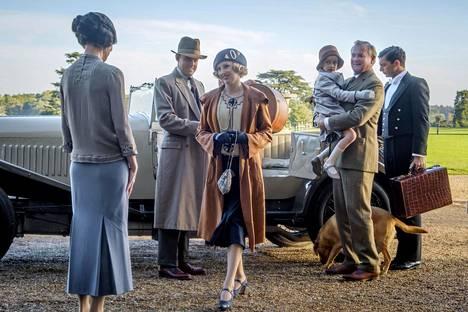 Lady Edith Crawley (Laura Carmichael) saapuu kartanoon.