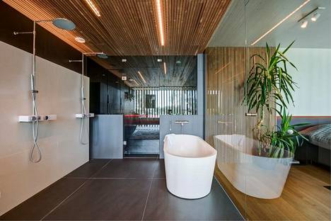 Kylpyhuoneessa on suuri kylpyamme.