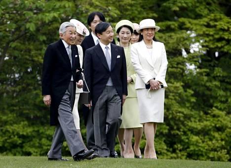 Keisarillinen perhe: Keisari Akihito (vas.) ja kruununprinssi Naruhito (3. vas.).