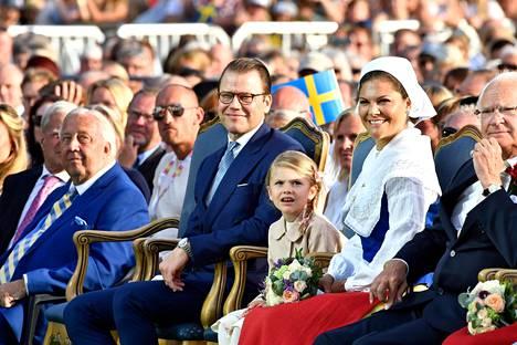Kay Wiestål (vasemmalla sinisessä puvussa) kruununprinsessa Victorian 40. syntymäpäiväjuhlilla Öölannissa kesällä 2017.