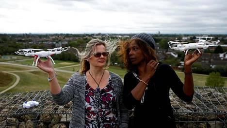 Ilmastoaktivistit Valerie Milner-Brown ja Linda Davidsen Heathrow'n lentokentän lähistöllä torstaina.
