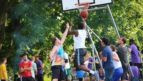 Hietaniemenrannan koripallokentät olivat varsinkin nuorison keskuudessa suosittuja.