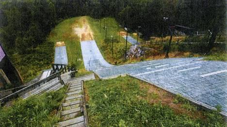 Yleiskuva Herttoniemen hyppyrimäeltä. Kuva on otettu onnettomuuden jälkeisenä päivänä.