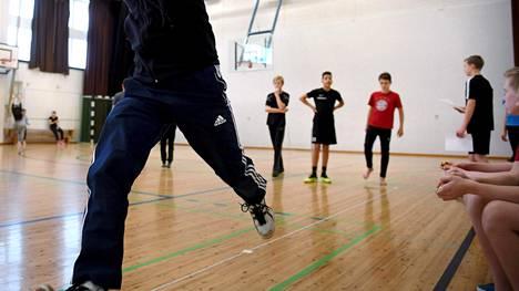 Liikunnanopettaja veti liikuntatuntia peruskoulussa Helsingissä.