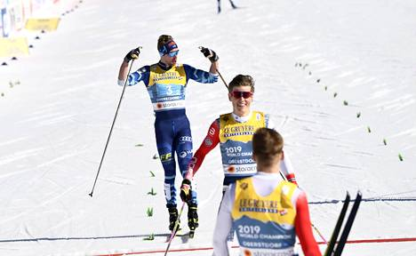 Tämä hetki ei unohdu. Mäki ankkuroi Suomen parisprintin MM-hopealle ja pääsi esittelemään hauiksiaan.