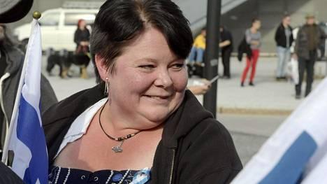 Kansanedustaja Lea Mäkipään eduskunta-avustaja Terhi Kiemunki mielenosoituksessa Helsingin Vuosaaressa 10. syyskuuta.