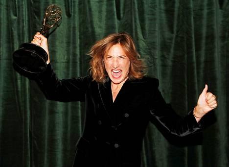 Crownin ohjaaja Jessica Hobbs juhli.