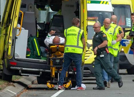 Haavoittunutta miestä siirrettiin ambulanssiin al-Noorin moskeijan luona.