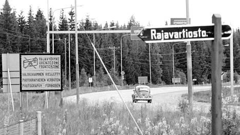Rajan yli houkuteltuja suomalaisia odotti runsas ruoka- ja alkoholitarjoilu. Tapaamisten todellinen syy valkeni liian myöhään. Kuva Vaalimaan rajavyöhykkeeltä 1977.