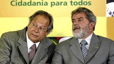 Brasilian entinen presidentti Lula (oik.) ja hänen ykkösmiehensä Jose Dirceu kuvattiin vuonna 2004. Dirceuta uhkaa vankilatuomio korruptiosta.