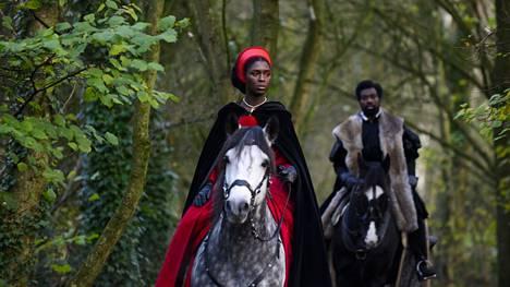 Kuningatar Anna Boleynin roolissa on Jodie Turner-Smith, ja Annan veljeä George Boleyniä näyttelee yhtä lailla tummaihoinen Paapa Essiedu.
