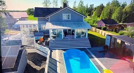 Porin Ruosniemessä sijaitsevassa, vuonna 1942 rakennetussa talossa on 135 neliömetriä sekä suuri, lasitettu terassi.