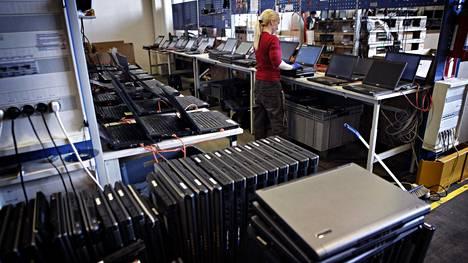 Tietokoneita kierrätyksessä Vantaalla vuonna 2012.