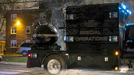 Poliisi kuljettaa pomminpurkulaitetta Watertowniin.