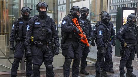 Tammikuussa Helsingissä oli kahden mielenosoituksen päivä. Silloin Rautatientorilla osoitettiin mieltä rasismia vastaan ja Senaatintorilla toivottiin rajoja kiinni.
