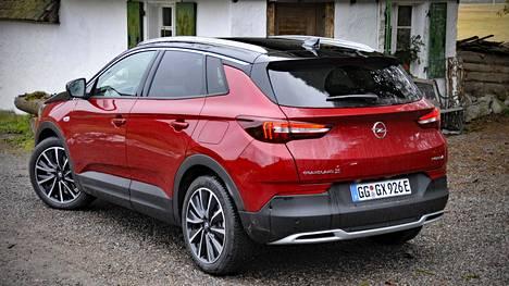 Grandland X PHEV 4x4 on Opelin ensimmäinen hybridimalli PSA:n alaisuudessa. GM:n alaisuudessa syntynyttä Amperaa ei ilmeisesti haluta enää muistella. Auton lähtöhinta on Suomessa 49285 euroa.