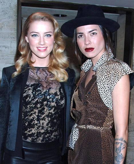 Näyttelijä Amber Heard seurusteli taiteilija Tasya Van Reen kanssa kolme vuotta ennen kuin tapasi Johnny Deppin. Heard ja Van Ree kuvattuna Bahaman kansainvälisillä elokuvajuhlilla Rommipäiväkirja-elokuvan ensi-illassa joulukuussa 2011. Samaisen elokuvan kuvauksissa Heard ja Depp tutustuivat.