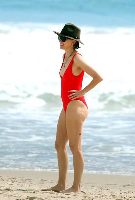 Näyttelijä Naomi Watts luottaa perinteiseen mutta juuri nyt supertrendikkääseen punaiseen uimapukuun.