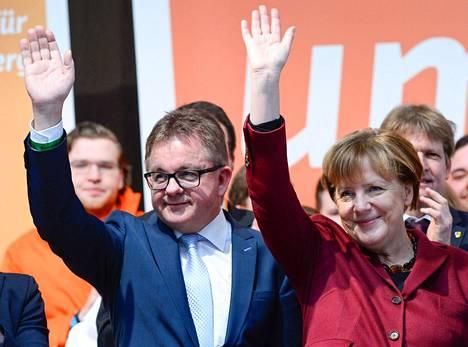 Kristillisdemokraattien Guido Wolf ja liittokansleri Angela Merkel vilkuttivat vaalitapahtumassa lauantaina.