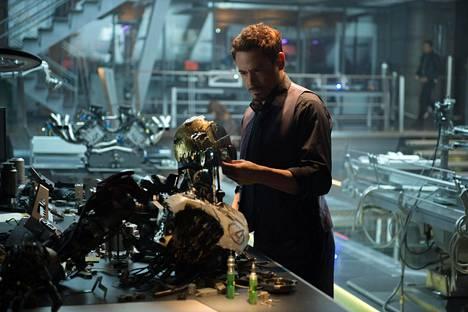 Tony Stark (Robert Downey Jr.) luo tekoäly Ultronin, joka osoittautuu murhanhimoiseksi maailmojen tuhoajaksi.