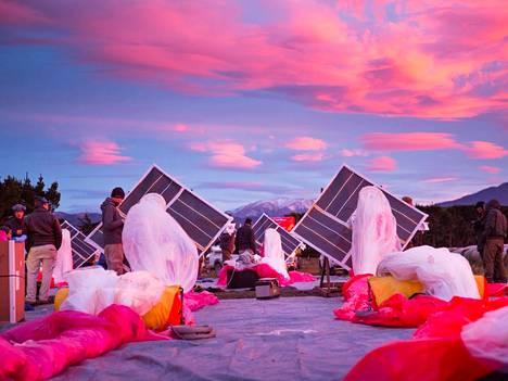 Google Loon -projektin heliumpallot avataan ennen täyttöä rikkoutumiselta suojaavien pressujen päälle.