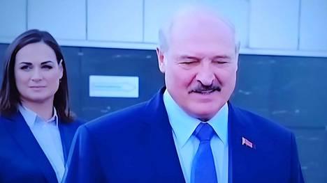 Aleksandr Lukashenko ja Svetlana Tihanovskaja televisiolähetyksestä otetussa kuvassa vaalien aattona lauantaina.