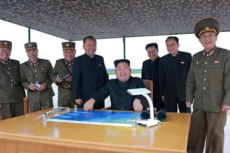 Pohjois-Korean mukaan maan ylin johtaja Kim Jong-un seurasi henkilökohtaisesti tiistain ohjuslaukaisu ja oli hyvin tyytyväinen aseen suorituskykyyn. Kuvan aitoutta ei pysty varmistamaan.