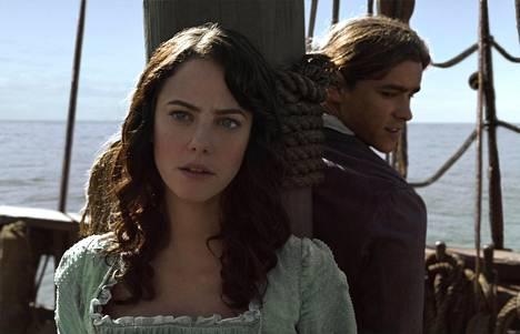 Viidennen Pirates-seikkailun pelastaa brittinäyttelijä Kaya Scodelario, joka näyttelee nuorta sisukasta Carinaa. Henryä esittää Brenton Thwaites.