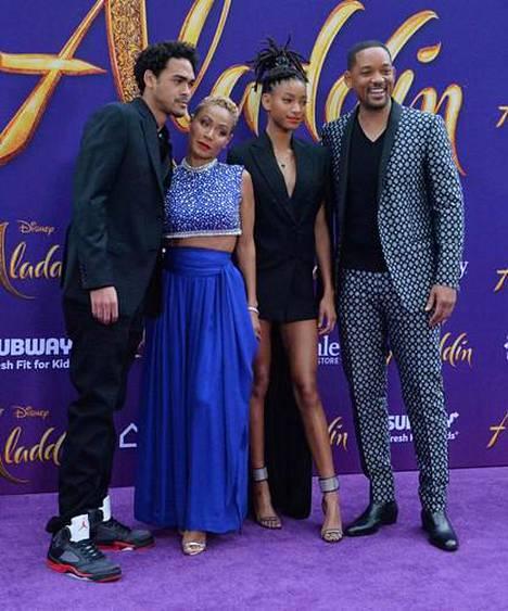 Jada ja Will Smith lapsiensa Willowin ja Trayn kanssa.