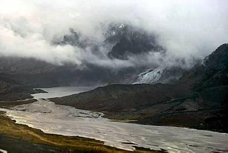 Eyjafjalla-jäätiköllä purkautunut tulivuori levittää tuhkaa.