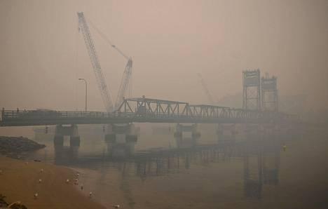 Batemans Bayn kaupungissa oleva silta peittyi savuun torstaina.