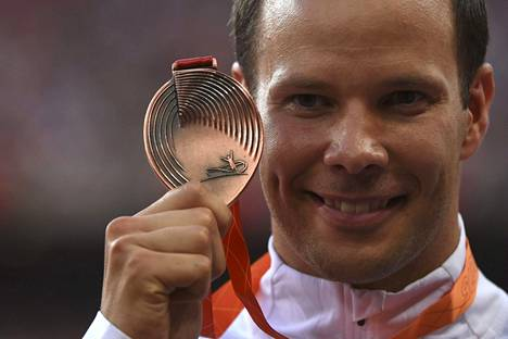 Tero Pitkämäki riemuitsi MM-pronssistaan palkintojenjaossa.