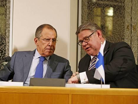 Lavrov ja Soini arktisen neuvoston kokouksessa Oulussa lokakuussa 2015.