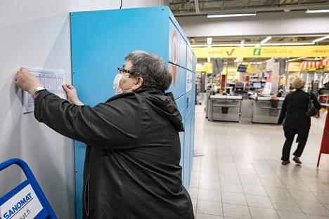 Joka tammikuu Tilastokeskus julkaisee kasan tietoa jokaisesta Suomen postinumeroalueesta. Tuolloin Ritva Panula käy läpi oman naapurustonsa tilastot ja koostaa niistä poimintoja jakoon Leinelän Alepan seinälle.