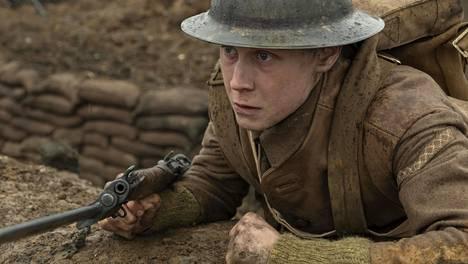 Schofield (George MacKay) saa sotadraamassa Taistelulähetit tehtäväksi kuljettaa tärkeä viesti rintamalinjojen toiselle puolelle.