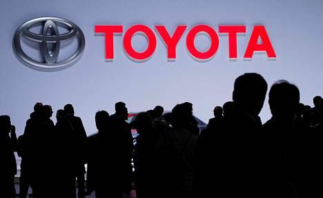 Toyota panostaa sähköön.