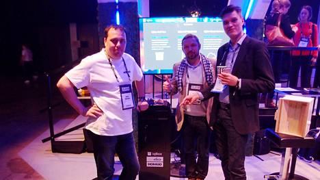 Idean kehittäneet Markus Heikkilä, Pekka Honkonen ja Markus Ulan käyttivät älypostilaatikkonsa ensimmäiseen prototyyppiin muun muassa Clas Ohlssonilta ostettua postilaatikkoa sekä ohjelmoitavaa Arduino-piirilevyä.