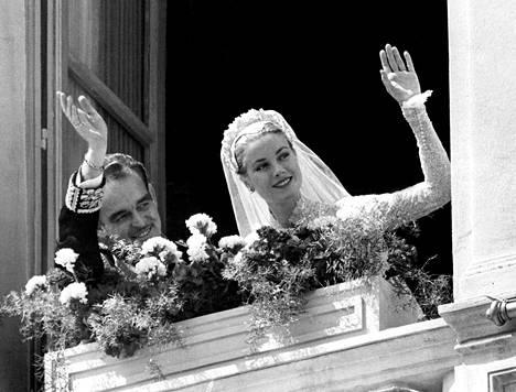 Rainierin ja Grace Kellyn häät 1956 olivat suuri seurapiiritapahtuma. Vastaanotolle kutsuttiin 1 500 ihmistä, ja ainakin saman verran toimittajia ja valokuvaajia saapui todistamaan hääspektaakkelia