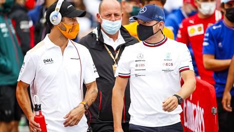 Daniel Ricciardo ja Valtteri Bottas keskustelemassa ennen kisaa.