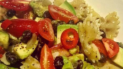 Mustapapu-avokadosalaatin voi valmistaa myös ilman pastaa.