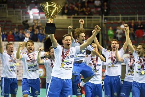 Mika Kohonen juhli maailmanmestaruutta neljä kertaa, tässä kapteenina vuonna 2016.