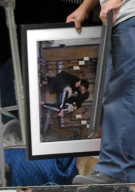 Muuttomiehet kantoivat kuvaa Ozzysta ja Sharonista suutelemassa penkillä.