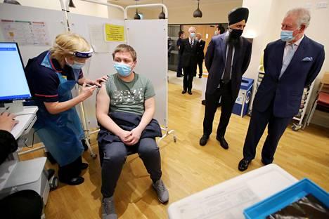 Prinssi Charles vieraili sairaalassa seuraamassa koronavirusrokotteiden antamista.