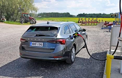 Biokaasu on maakaasua ympäristöystävällisempi liikennepolttoaine, vaikka se koostumukseltaan onkin käytännössä samaa tavaraa eli metaania. Kaasu tankataan autoon 200 barin paineella. Farkku-Octavian kaasuversiolla voi vetää maksimissaan 1400 kilon jarrullista vaunua.