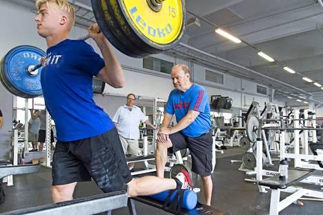 Rasmus Ristolaisella on poikkeuksellisen kova kilpailuvietti, joka näkyy jokaisessa harjoituksessakin. Hannu Rautala joutuu valvomaan, ettei nuorukainen jää salille tekemään ylimääräisiä toistoja.