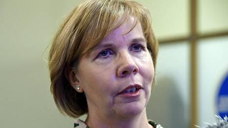 Oikeusministeri Anna-Maja Henrikssonin (r) mukaan kunnat hankkivat tarvitsemansa raakamaa-alueet pääsääntöisesti vapaaehtoisin kaupoin ja pakkolunastamiseen joudutaan turvautumaan vain hyvin harvoin.