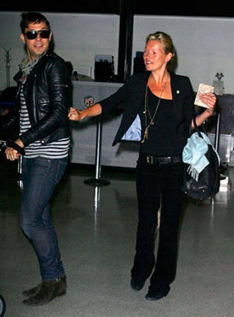 Kate kaipaili lentokentällä huomiota poikaystävältään Jamie Hinceltä.