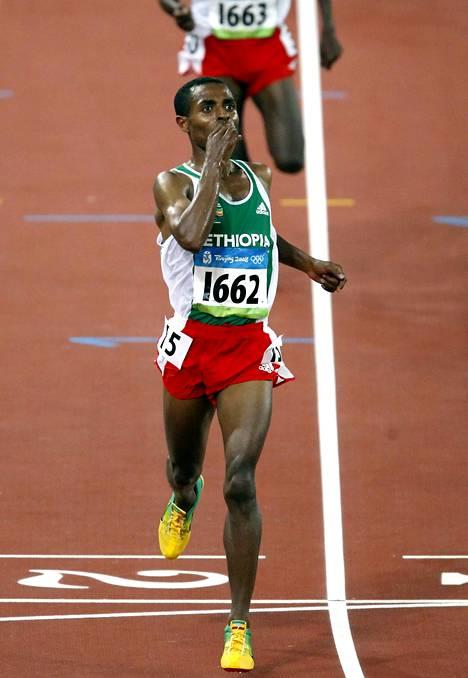 Kenenisa Bekele maalissa 10 000 metrin olympiavoittajana vuonna 2008.
