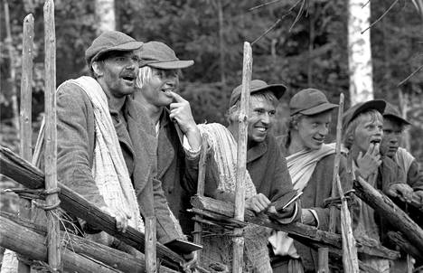 Seitsemän veljestä -näyttelijöiden aamu alkoi aina lenkillä, jonka jälkeen nosteltiin puntteja, painittiin ja väänneltiin kiviä kiroillen. Martti Suosalo kuvassa keskellä.